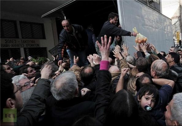 Distribuzione di frutta da parte degli agricoltori greci